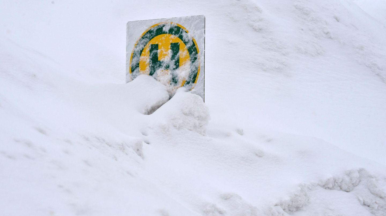 Die Bushaltestelle an einem Dorf am bayrischen Spitzingsee geht in den Schneemassen fast unter