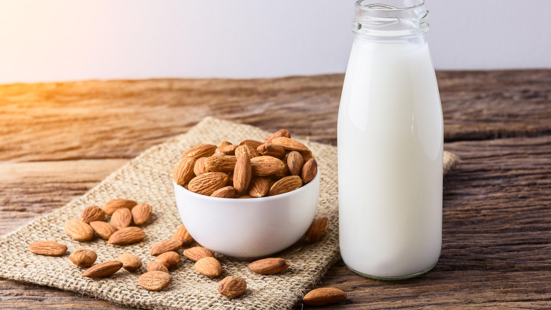 Mandelmilch  Problematisch bei der Mandelmilch: 80 Prozent der verarbeiteten Mandeln kommen aus Kalifornien. Die werden auf enormen Flächen in Monokulturen angebaut, der Mandelbaum an sich benötigt zudem jede Menge Wasser.
