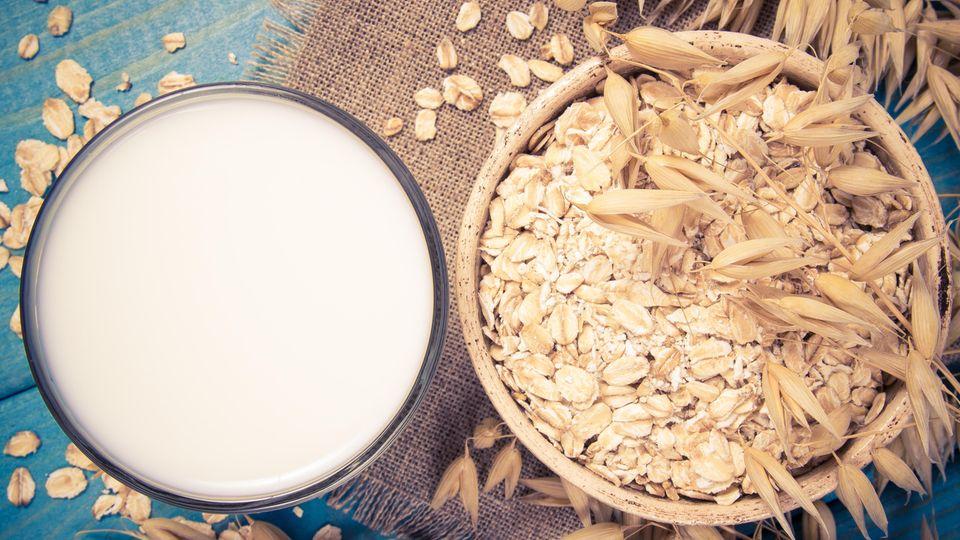 Hafermilch  Am nachhaltigsten ist der Konsum von Hafermilch. Dafür müssen weder Regenwälder gerodet, noch die kalifornische Wüste bewässert werden. Der schwedische Konzern Oatly beispielsweise verwendet Hafer nur aus dem eigenen Land. Auchdas Unternehmen Berief bezieht ausschließlich deutschen Hafer. Im Vergleich zu Kuhmilch wirkt sich Hafermilch 70 Prozent weniger auf die Umwelt aus und verbraucht auch in der Herstellung nur knapp 40 Prozent derEnergie. Geschmacklich ist die Hafermilch aber gewöhnungsbedürftig. Lesen Sie hier mehr dazu!