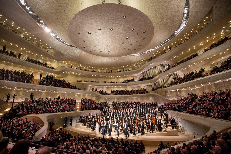 Nach demKonzert am 11. Januar 2017: Das NDR Elbphilharmonie Orchester erhält den Schlussapplaus nach dem Eröffnungskonzert in der Elbphilharmonie.