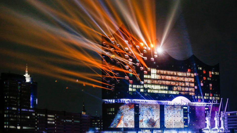 Grandiose Kulisse an der Elbe: Die Lichtshow bei der Eröffnung am 11.01.2017 in Hamburg
