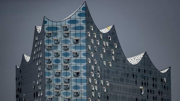 Die Fassade des bis zu 110 Meter hohen und866 Millionen Euro Gebäudes. Architekten sindJacques Herzog und Pierre de Meuron aus Basel.