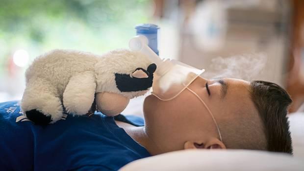 Gökhan kann inzwischen selbstständig atmen – hier inhaliert er gerade nur. Es sind die Eltern, die ihm die Maske aufgesetzt haben, so wie sie ihm auch über einen Ernährungsschlauch seine Flüssignahrung verabreichen. Sie haben immer mehr Aufgaben in der Klinik übernommen und trauen sich mittlerweile zu, Gökhan zu Hause zu pflegen.