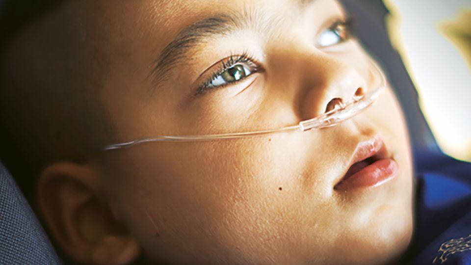 Seit die Medikamente reduziert werden, hat Gökhan die Augen immer öfter offen