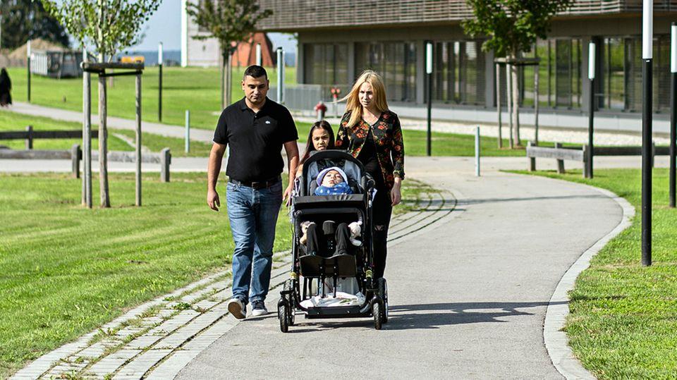 Die Familie auf dem Gelände der Klinik in Vogtareuth. Ohne Überwachungsgerät im Gepäck ist kein Spaziergang möglich.