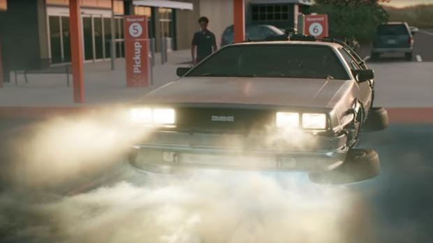 """Auf einem Supermarkt-Parkplatz scheint der DeLorean aus """"Zurück in die Zukunft"""" zu landen"""