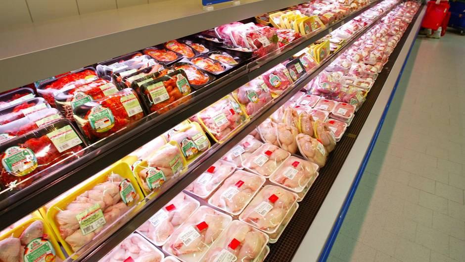 Geflügeltheke in einem Supermarkt mit abgepacktem Hähnchen
