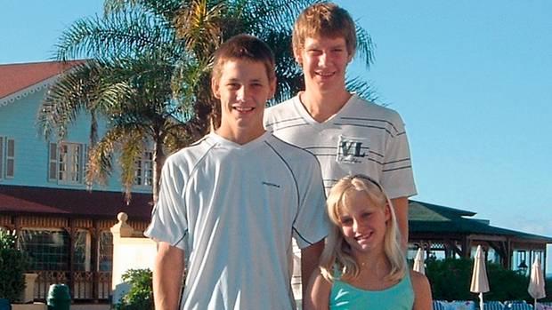 Die Brüder mit der kleinen Schwester Charlotte bei einem Familienurlaub. Schon früh versuchten sie, dem Vater so oft wie möglich zu entgehen.