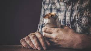 Ein Mann wurde mit einer ungewöhnliche Therapie behandelt: Er trank 15 Dosen Bier (Symbolbild)
