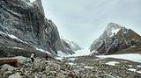 Dem Ziel so nahe: Im Osten von Grönland ragen steile Felsen empor. Eigentlich wollte Glowacz sie besteigen, doch sie sind bereits mit Eis überzogen, was das Klettern unmöglich macht.