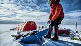 Fertig machen für einen neuen Tag: Am Morgen schaufeln und ziehen die Männer ihre Schlitten aus dem Schnee