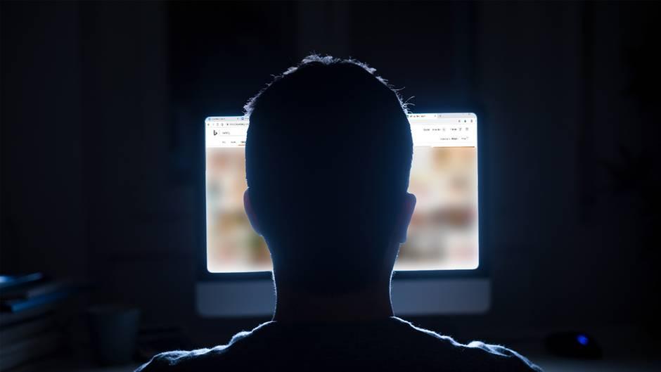 Mann sitzt vor Computer