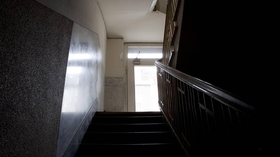 Abgebildet ist eine Treppe im Untergeschoss in einem Kölner Wohnhaus.