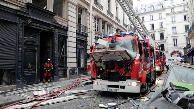 Ein zerstörtes Feuerwehrauto steht auf der Straße.