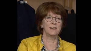 """Diana Good in einer gelben Jacke bei ihrem Statement in der Sendung """"BBC Question Time"""""""
