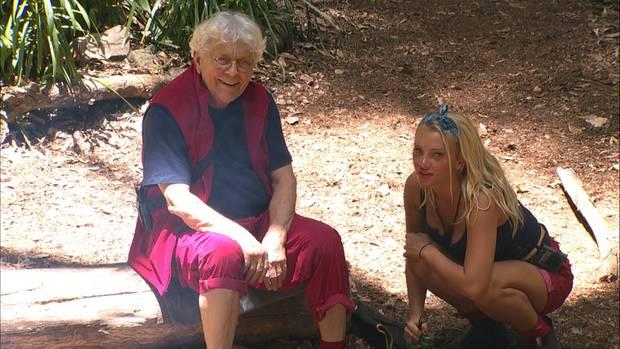 Alf-Stimme Tommi Piper hat ein Auge auf Evelyn Burdecki geworfen und schmeichelt ihr am Feuer