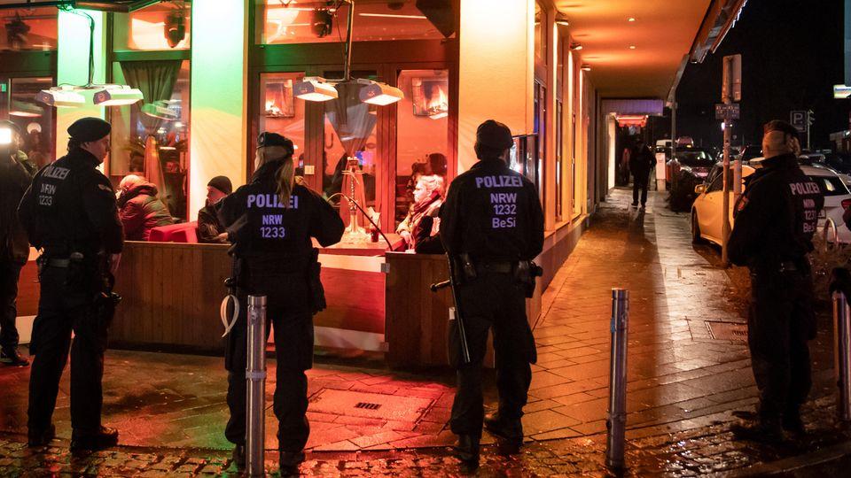 Polizisten sichern während einer Razzia von Zoll und Polizei eine Shisha-Bar.