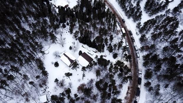 In dieser Waldhütte hielt der 21-Jährige sein Opfer ersten Ermittlungen zufolge monatelang gefangen