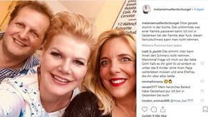 Melanie Müller lacht mit Jens und Daniela Büchner in die Kamera