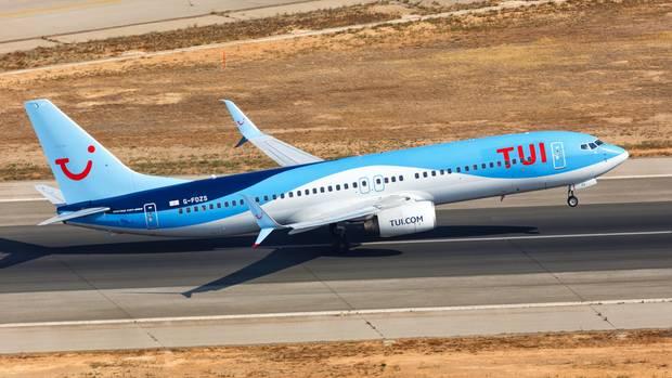 Eine Boing 737-800 der britischen Tui Airways beim Start