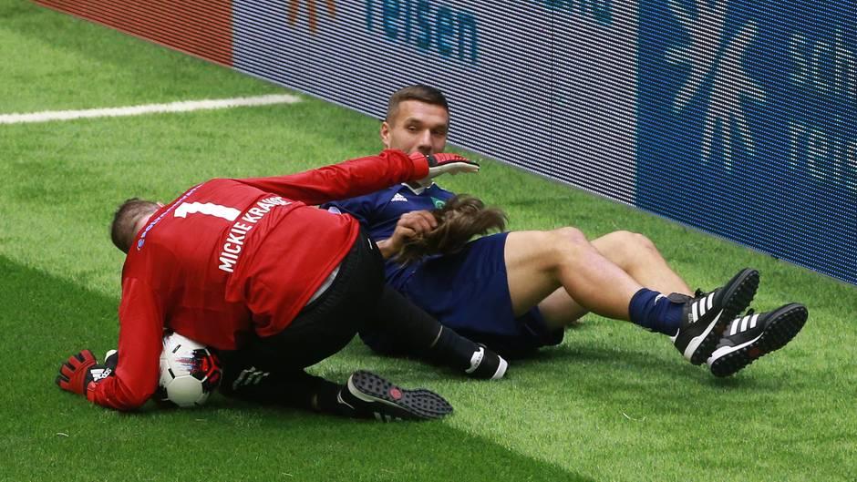 Mickie Krause und Lukas Podolski im Zweikampf
