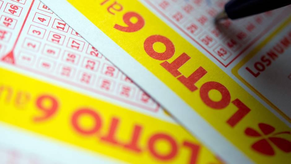 Ein Mann füllt einen Lottoschein aus und gewinnt über 11 Millionen Euro. Doch auch nach 21 Monaten wurde der Gewinn noch nicht abgeholt.