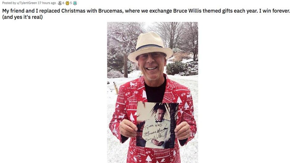 Bruce Willis steht in einem bunt gemusterten Weihnachts-Jackett vor der Haustür