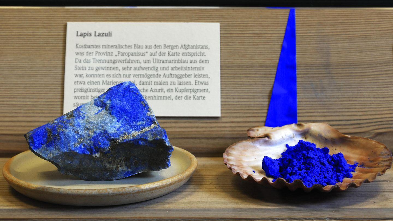 Lapislazuli als Stein und als fein gemahlenes Pigment