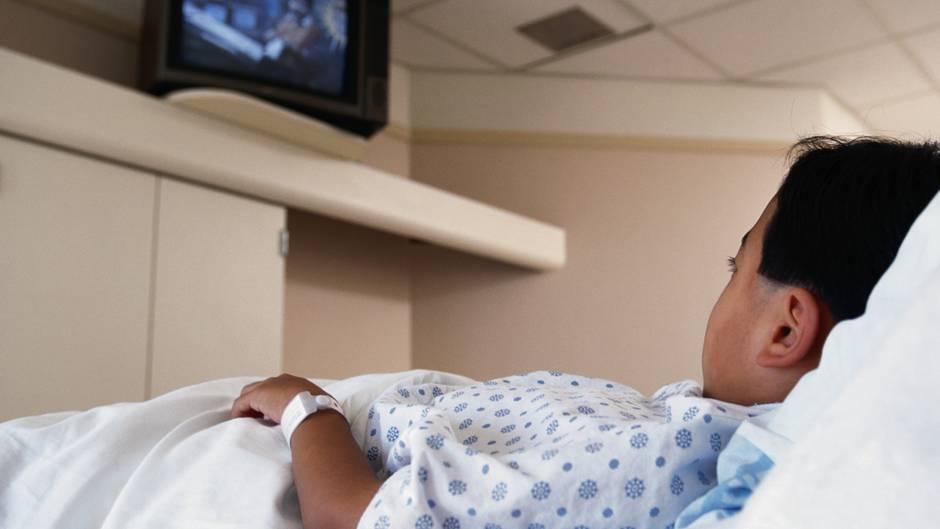 Ein Junge schaut im Krankenhaus Fernsehen