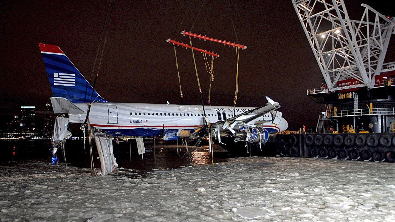 Wenige Tage nach der Wasserlandung am 15. Januar 2009 hebt ein Schwimmkran den Airbus A320 aus dem vereisten Wasser des Hudson Rivergehoben