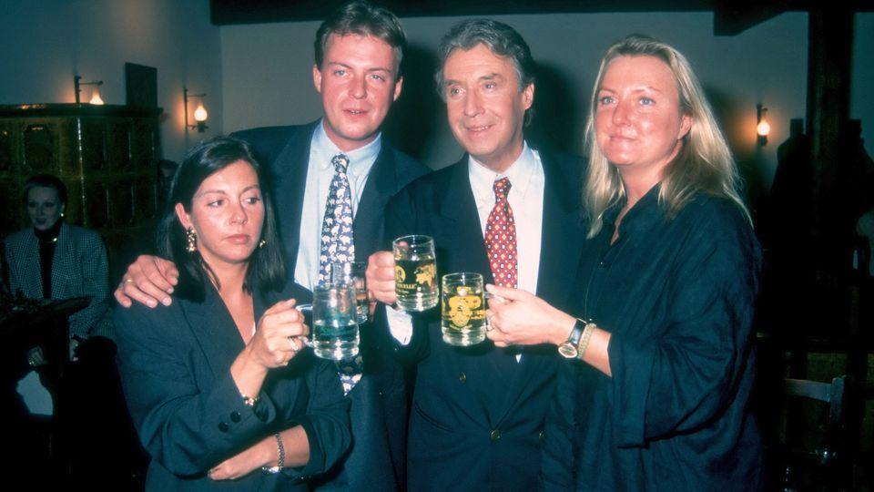 """Peter Alexander (2.v.re.), Tochter Susanne (r.), Sohn Michael und Schwiegertochter Rafaela Alexander-Neumayer im Jahr 1994 nach einer Ausstrahlung der """"Peter Alexander Show"""" in Wien."""
