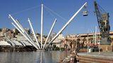 Italien: Genua  Jede Reederei bietet geführte Touren durch die italienische Hafenstadt mit ihrem mittelalterlichen Stadtkern an - zu Fuß oder mit dem Bus. Sehenswert sind auch das Aquarium und Ausflüge zum Weltkulturerbe Cinque Terre oder bis nach Portofino.