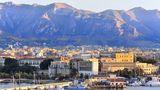 Italien: Palermo  Die Schiffe legen praktisch im Stadtzentrum der sizilianischen Metropole an. Daher lassen sich die Sehenswürdigkeiten der Altstadt bestens auf eigene Faust erkunden. Von der Piazza Don Luigi Sturzo verkehren öffentliche Busse zum Mondello-Strand. Organisierte Ausflüge ins Umland führen unter anderem zur Altstadt von Cefalù.