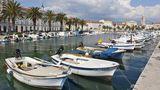 Kroatien:Split  Die Unesco-Welterbestadt an der süddalmatinischen Küste wird gerne von kleineren Kreuzfahrtschiffen angesteuert, die vor Split auf Rede liegen und mit Tenderbooten ihre Passagiere direkt zur Altstadt bringen, wo man auf der Uferpromenade (Foto) schlendern kann.Auch werden Ausflüge in die kroatischen Nationalparks angeboten.
