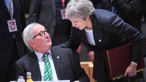 Jean-Claude Juncker hält sich in Brüssel für Krisengespräche mit Theresa May bereit
