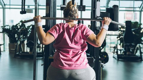Eine Frau trainiert im Fitnessstudio