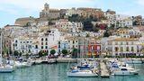 Spanien: Ibiza  Auf eigene Faust kann man die Altstadt von Ibiza mit ihren Restaurants, Bars und Boutiquen erkunden. Oder wie wäre es mit einem Ausflug zum legendären Café del Mar in San Antonia im Westen der Insel oder mit einem Segeltörn durch das türkisfarbene Wasser zur Nachbarinsel Formentera?