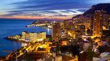 Monaco: Monte-Carlo  Aufzüge und Rolltreppen führen in die höher gelegenen Stadtteile im Fürstentum Monaco. Am Hang von Monaco-Ville ist das Ozeanographische Museum sehenswert, einer der Direktorenwar der Meeresforscher Jacques-Yves Cousteau.