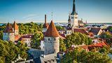 Estland: Tallinn  Wer gut zu Fuß ist, kann die Altstadt von Tallinn mit ihren engen Gassen und dem Kopfsteinpflaster vom Schiff aus erlaufen. Neben dem Fährhafen wurden zwei schmale in die Bucht ragende Kais für Kreuzfahrtschiffe errichtet. Eine Bank oder Wechselstube müssen nicht aufgesucht werden, denn in Estland wird mit dem Euro bezahlt.  Infos: www.portoftallinn.com/cruise