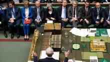 Premierministerin Theresa May (Mitte oben) hört im Unterhaus Labour-Chef Jeremy Corbyn zu