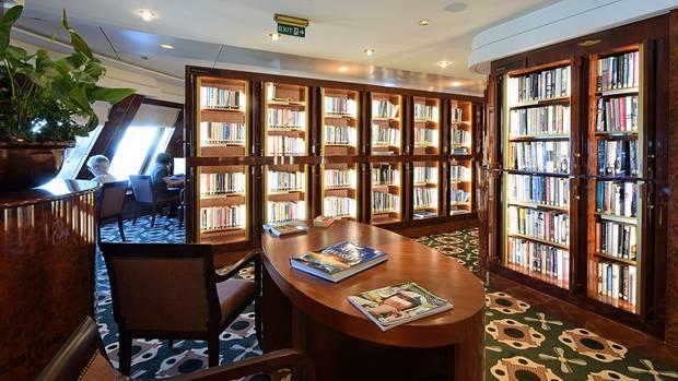 """Die mit 10.000 Büchern bestückte Bibliothekder """"Queen Mary 2"""" von Cunard"""