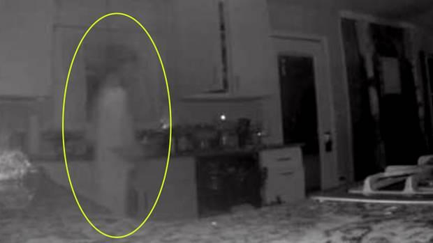 Screenshot aus dem Video der Überwachungskamera zeigt die Konturen einer Person, die wie ein Geist aussieht