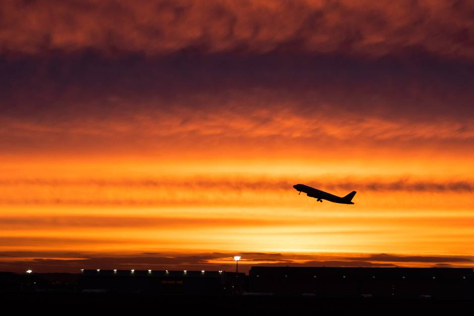 Ein Flugzeug hebt am Flughafen Düsseldorf ab