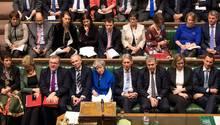 Die Regierungsbank mit Theresa May im blauen Kostüm in der Mitte während der Debatte im britischen Unterhaus
