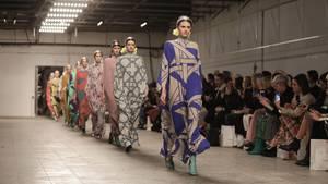 Models laufen über den Laufsteg auf der Show von David Tomaszewski während der Fashion Week Berlin