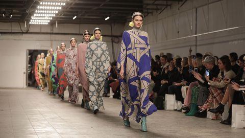 Models laufen über den Laufsteg auf der Show von Dawid Tomaszewski während der Fashion Week Berlin