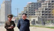 Im Mai 2018 veröffentlichte Aufnahme:Kim Jong Un inspiziert den Bau des Resorts im Gebiet von Wonsan-Kalma