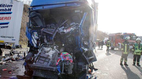 Filmten die Gaffer den Lkw-Fahrer, der diesen völlig zerstörten Sattelzug lenkte?