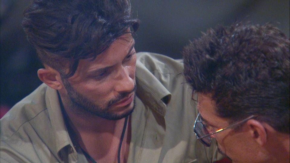 Domenico und Chris beim Gespräch am Lagerfeuer