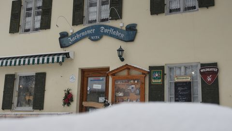 Die Frontseite des kleinen Dorfladens in Jachenau